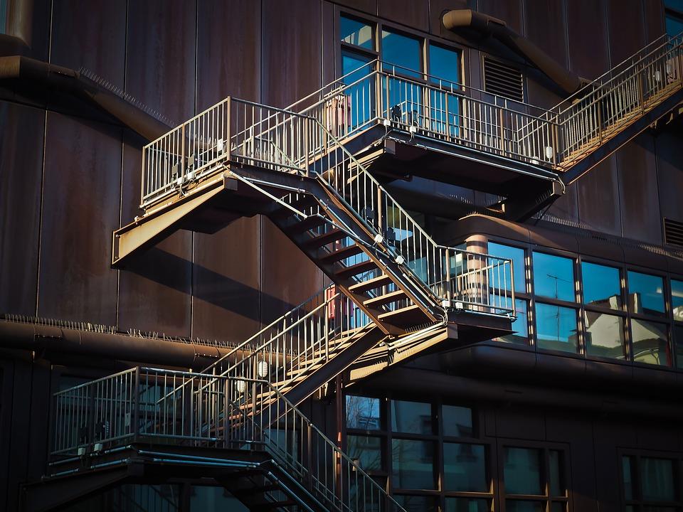 Proč samonosné schodiště nespadne?