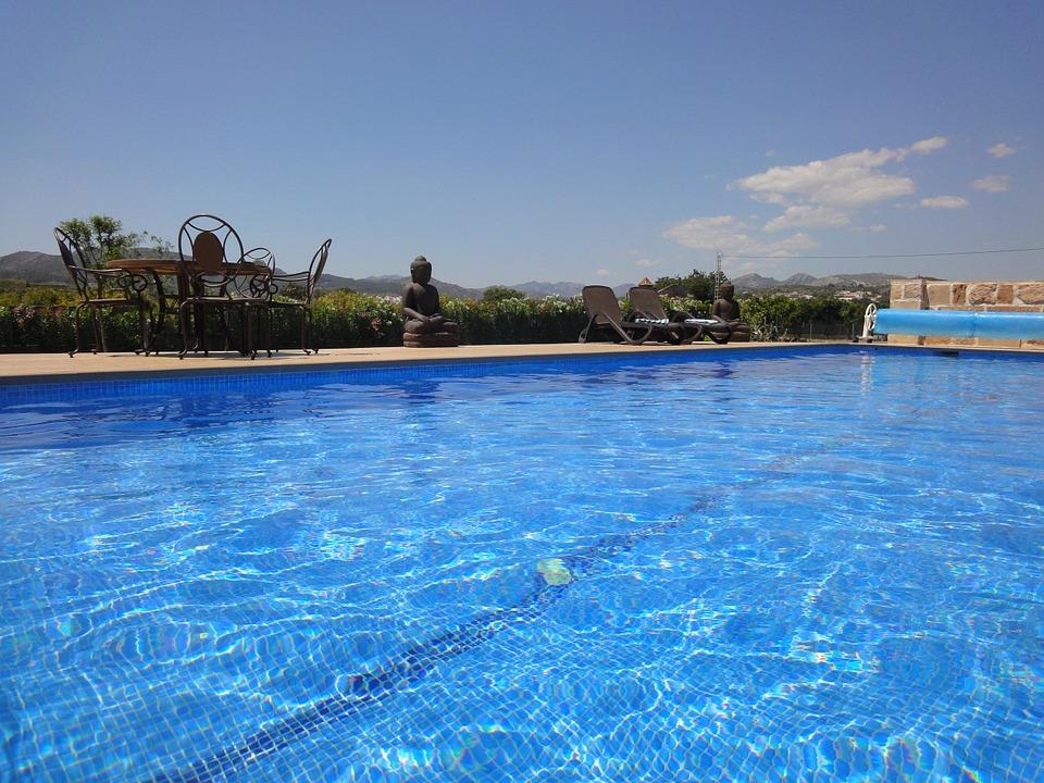 Zeolit efektivně filtruje vodu v bazénu a redukuje v domácnosti zápach a plísně